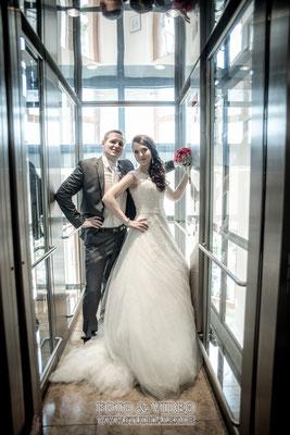 hochzeitsfoto Brautpaar im Aufzug