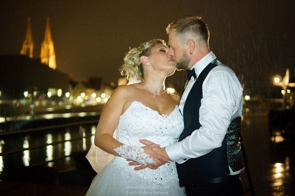 Hochzeitsfotografie Hochzeitsbilder auf Kristallkönigin an der Donau Regensburg mit Dom Hintergrund