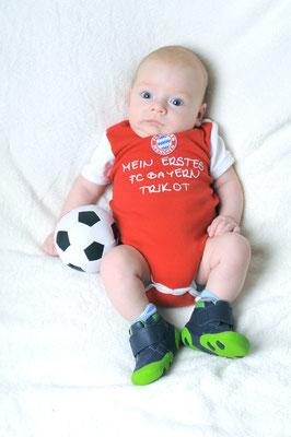 Babyfotografie Ideen mit FC Bayern T Shirts