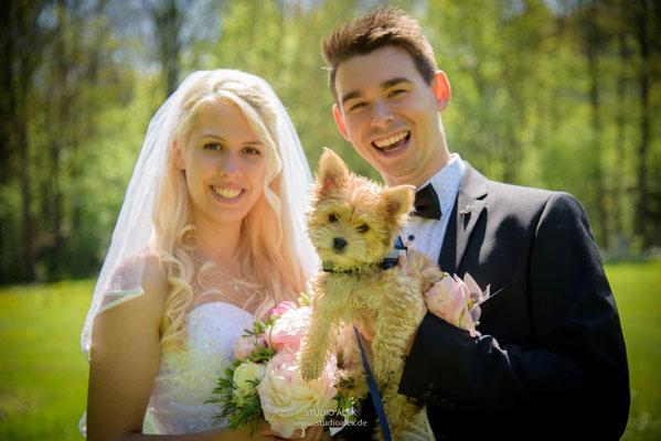 süße Hochzeitsfotos mit dem Hund in Straubing