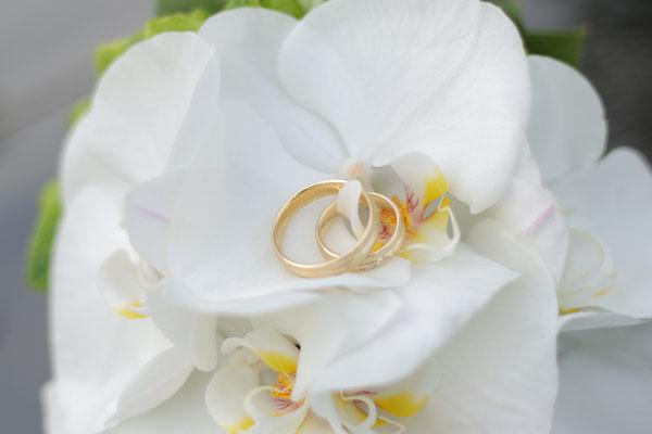 Hochzeitsbild Ringe auf der Blumenstrauß