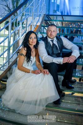Hochzeitsfotos auf der Treppe dem Schiff Kristallprinzessin in Regensburg