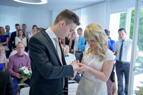 Hochzeitsfoto Hochzeitsringe anziehn