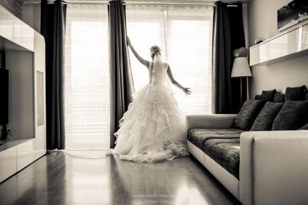 Hochzeitsfoto von der Braut beim Fenster