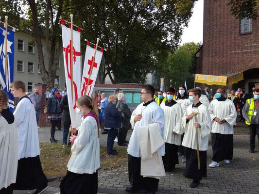 Die Prozession macht sich auf den Weg nach St. Michael