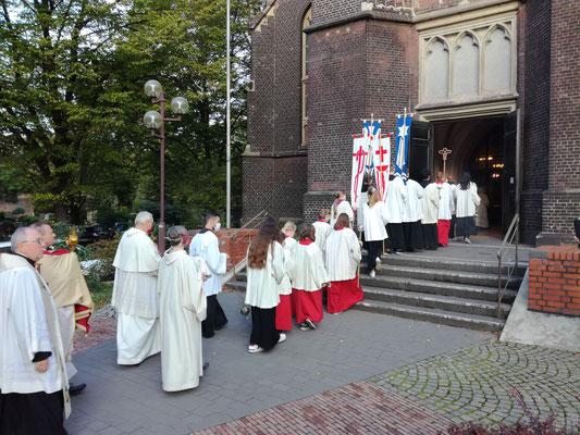 Feierlicher Einzug in die Michael-Kirche