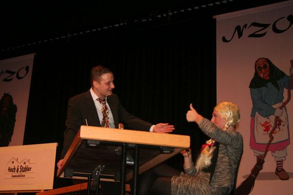 Herr Hoch (Clemens Maurer) flirtet mit der Sekreterin (Lukas Schwörer)