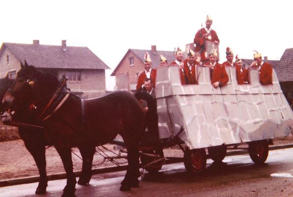 """Der Elferrat 1964 auf dem Elferratswagen mit dem Motto """"Burgherren"""" anlässlich 10 Jahren NZO"""