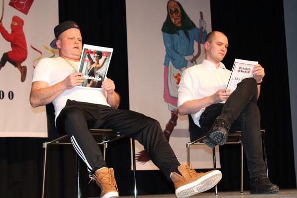 In einem kurzen Sketch gehen Dieter Spitz und Dominik Spitz als Murat und ein Passant auf die Feinheiten der deutschen Grammatik ein