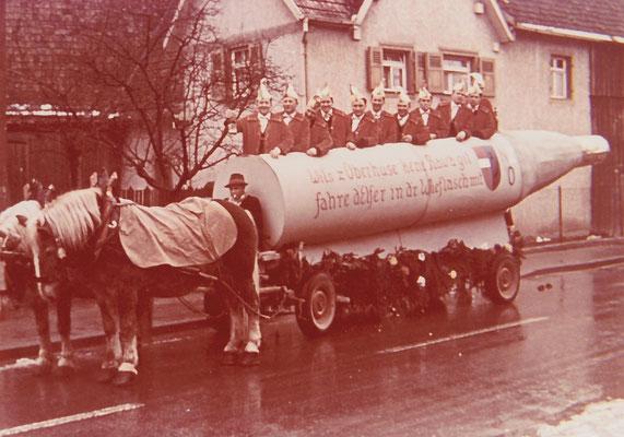 Der Elferrat 1965 bereit für den ersten Auswärtstermin der NZO beim Oberrhein. Narrentag in Kenzingen