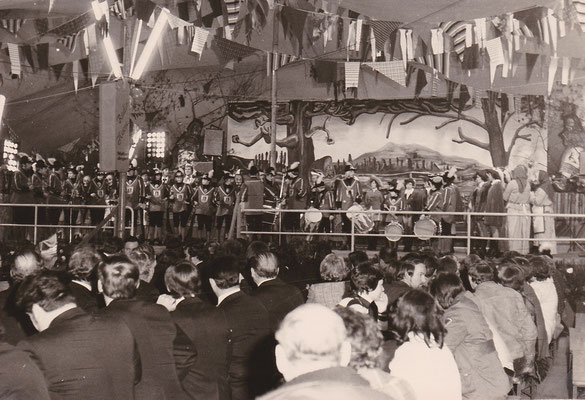 Der Fanfarenzug spielt beim Festauftakt zum vierten Treffen der VON Vogtei Ortenau 1977