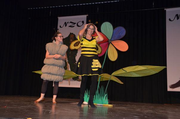 Als Raupe und Bienenkönigin führen Melanie Maurer und Kerstin Mullan durch den Abend