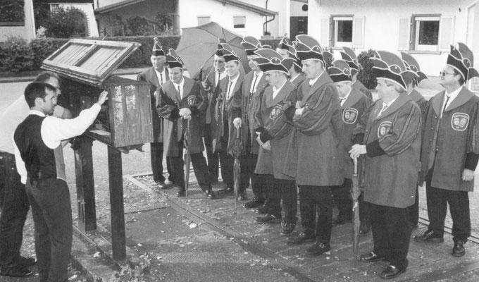 Der Zunftrat aus dem Jahre 2003 wird anlässlich des 50-jährigen Jubiläums der NZO gewogen