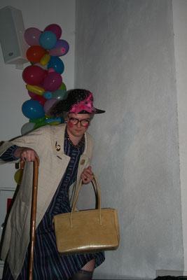 Mühsam kämpft sich Hilde (Dominik Spitz) die Stufen zur Bühne hinauf