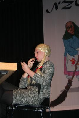 Die Sekreterin (alias Lukas Schwörer) bemüht sich um ihr Erscheinungsbild