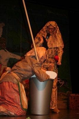 Hex' (Melanie Maurer) und Flekuari (Kerstin Mullan) kündigen die Sändleschränzer an