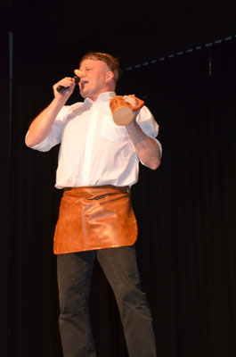 Unser Oberzunftmeister Dieter Spitz bringt die Halle als Ernst Neger zum Schunkeln