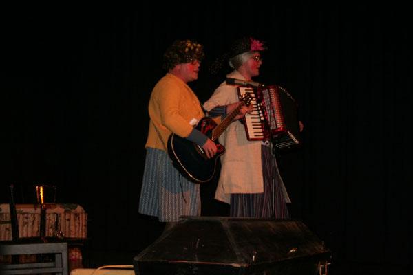 Hilde und Gerda (Dominik & Dieter Spitz) besingen mit dem Publikum unsere Schwarzwaldmarie