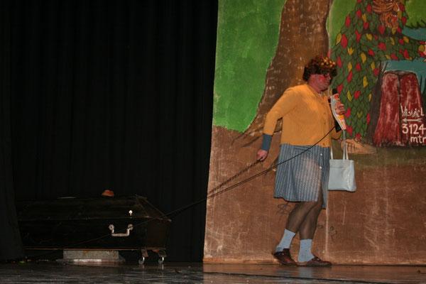 Die alte Gerda (alias Dieter Spitz) bringt ihre zukünftige Bleibe mit auf die Bühne