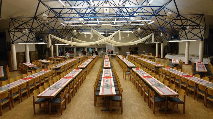 Tische und Stühle für 450 Personen, Tischausrichtung quer zur Bühne