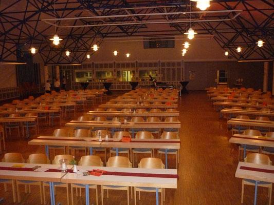 Tische, parrallel zur Bühne, und Stühle für 250 Personen