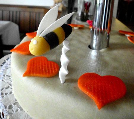 Hochzeitstorte mit Bienendekoration