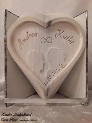 Hochzeitsbuch, die Silhouette wurde aus einem eigenen Foto erstellt und in das Herz gefaltet.