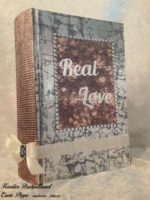 Real Love aus glänzender Folie aus einem kupferfarbenen Hintergrund C15