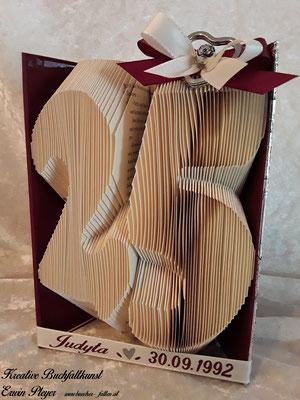 Eine 25 in einem gefalteten Buch, ein tolles Geburtstagsgeschenk.