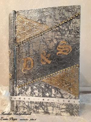 Alucover mit den Initialen des Brautpaares, zum Teil mit goldener Farbe verziert