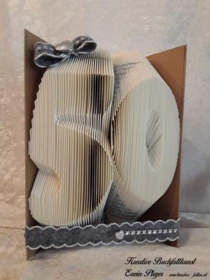 Eine 50 in einem gefalteten Buch, ein tolles Geburtstagsgeschenk zum Jubiläum.