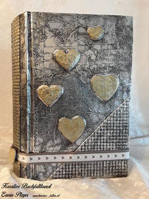 Buchcover mit tollen goldenen Herzen verziert C01