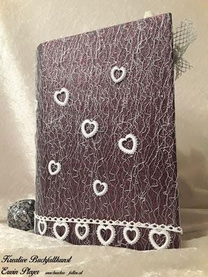 Buchcover mit rotem Stoff und Spitzen überzogen