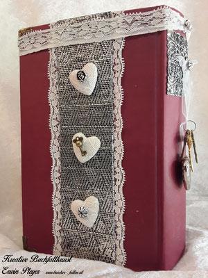 Buchcover mit drei schönen Herzen