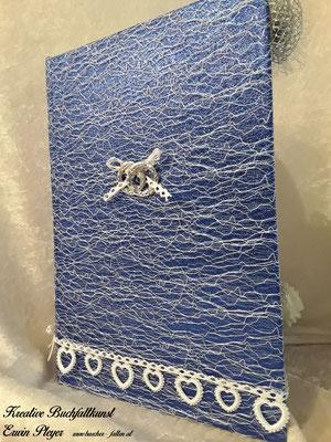 Buchcover mit blauen Stoff und Spitzen überzogen