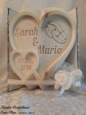 Zwei verbundene Herzen mit den Namen des Hochzeitspaares und dem Hochzeitsdatum.