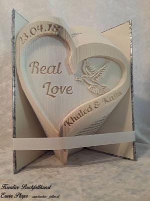 Geschwungenes Herz mit Friedenstaube und den Namen des Brautpaares, Real Love für dieses tolle Paar.
