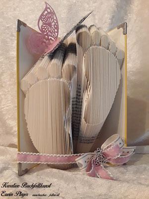 Babyfüße in ein Buch gefaltet, zur Geburt oder Taufe ein tolles Geschenk. Ein tolles gefaltetes Buch.