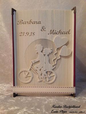 Pärchen auf dem Fahrrad mit zwei Ballonen, das etwas andere Hochzeitsbuch.