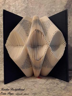 Ein gefaltetes Buch mit Wellenmuster ist ein toller Hingucker in jedem Wohnzimmer.