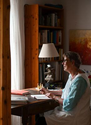 Gabriele Koenigs in ihrem Schreibstübchen. Foto von Magdalena Krause (www.magdalena-krause.de)