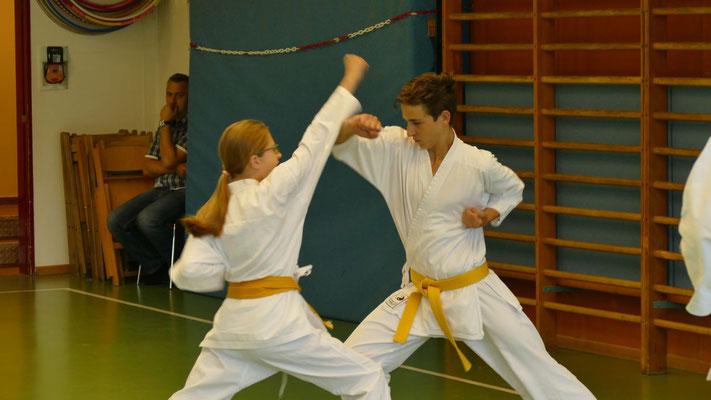 Kihon-Ippon-Kumite: ANgriff mit Oi-Zuki Jodan, Abwehr mit Age-Uke und Konter mit Gyaku-Zuki Chudan für den orangenen Gürtel