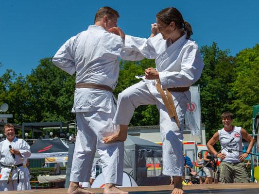 Partnerübungen ab der Mittelstufe: Kumite-Ura, das heißt: Der Angreifer gewinnt.