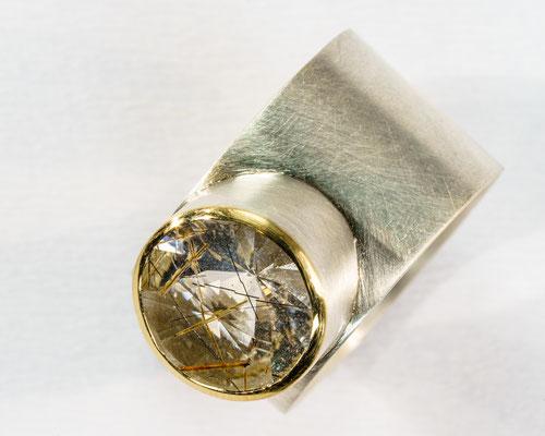 Ring von Urte Hauck. Turmalinquarz mit 750/-Gelbgold und 925/-Silber          VERKAUFT