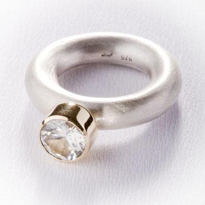 Ring von Urte Hauck, Hemmingen. Ytium - Aluminate 750/-Gelbgold, 925/- Silber  VERKAUFT