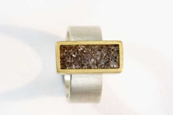 Ring von Urte Hauck. Kristallachat/grau mit 750/-Gelbgold und 925/-Silber           VERKAUFT