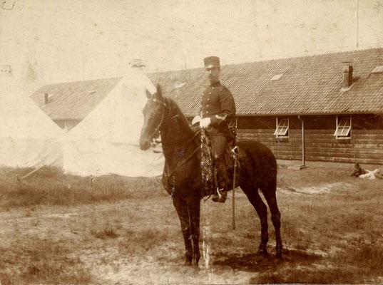 Hendrik Johannes Andreas Charmes (1871-1951) op de legerplaats bij Oldebroek