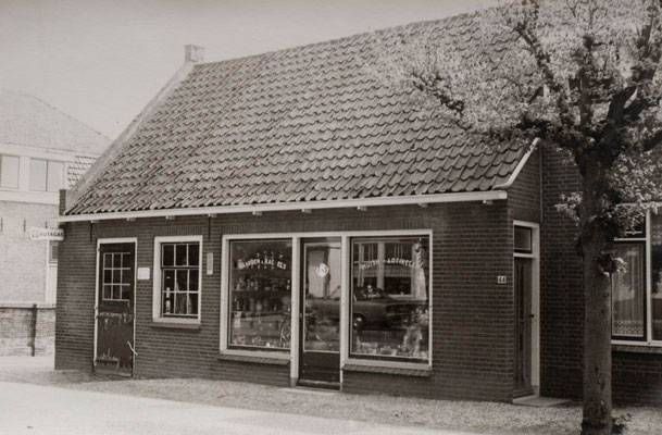 Dorpsstraat 44 in Schoonrewoerd na ombouw van smederij tot winkel