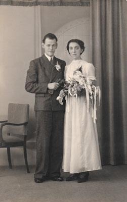 Teunis van Overbeek en Maaike van Merkerk (1915-1999) op 12-12-1945. De trouwjurk van Maaike is door textielschaarste van parachutezijde gemaakt.