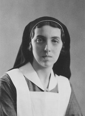 Maaike van Merkerk (1915-1999) in verpleegstersuniform. Zij heeft altijd in de verpleging gewerkt, tot aan haar pensionering als operatieverpleegkundige.